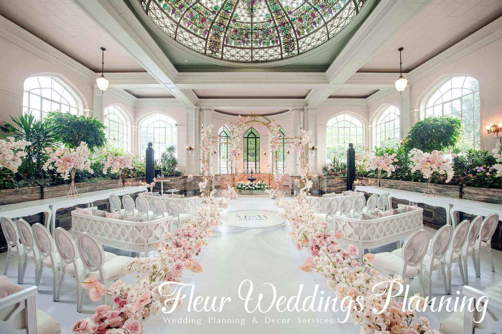 图片包含 室内, 桌子, 蛋糕, 装饰  描述已自动生成