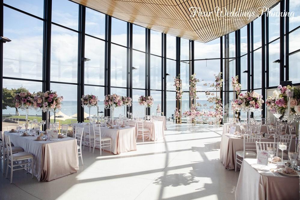 图片包含 室内, 桌子, 窗户, 建筑  描述已自动生成