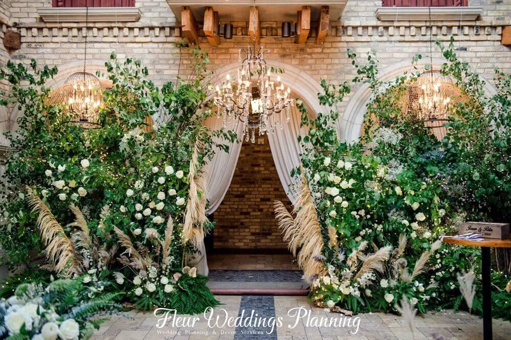图片包含 建筑, 户外, 花, 桌子  描述已自动生成